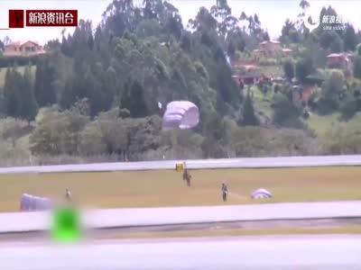 实拍搜救犬跳伞训练 随伞兵跳下千尺高空