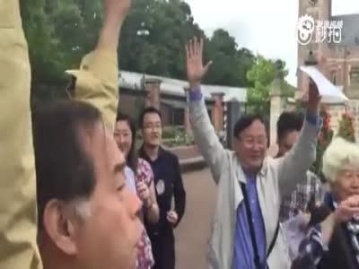 中国游客在海牙和平宫前高唱国歌抗议仲裁