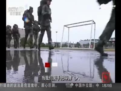 火箭军女兵分队大漠演练 搬轮胎扛圆木展英姿