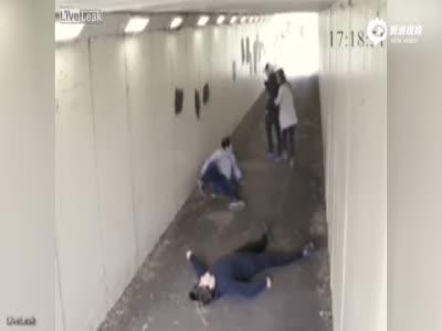 监拍英国两男挑衅女子 遭其拳击手男友瞬间击倒