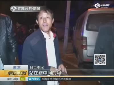 男子过马路玩手机 遭二次碾压身亡