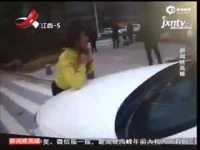 实拍男子当街撒泼 面对3女警脱光上身拦车趴睡