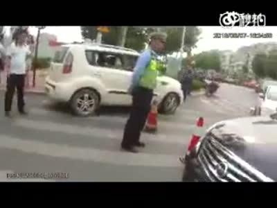实拍一穿白色制服男子对交警当街叫嚣