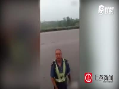 曝河南卫辉交通暴力执法:制服男拿石头砸碎车窗
