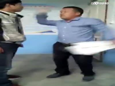 实拍安徽多名初中生拒交卷 持板凳围殴老师