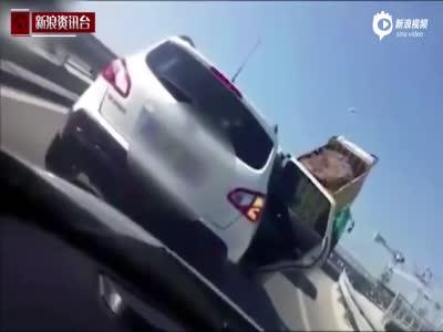 实拍土耳其开车司机路怒:倒下一车土阻挡后车