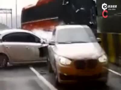 韩国高速恐怖追尾画面 大巴一路暴走碾碎多车