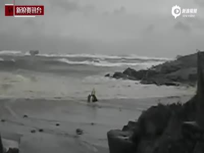 实拍老人被卷入巨浪惊魂瞬间 妻子紧追冲进大海