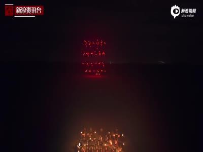 15人控制100架无人机同步飞行 上演炫酷灯光秀