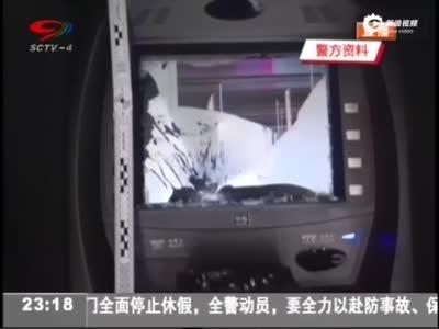 现场:男子为向银行泄私愤 持锤怒砸12台ATM机