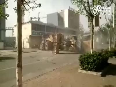 曝河北行唐县城铲车当街混战 数辆被掀翻