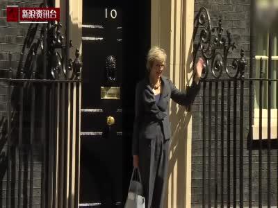 英国新首相初入唐宁街 走错方向耸肩萌态尽显