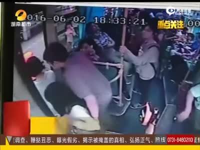 监拍男子猥亵两名女乘客 女子提醒遭踹下车掌掴