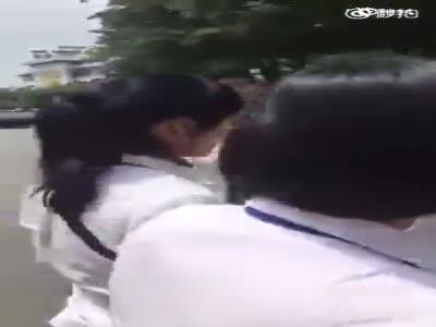 男子揪头发狂揍女导游 群众怒斥:是不是男人