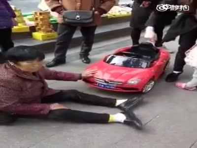 网曝大妈被玩具车撞后坐地不起