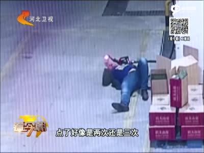 监拍醉酒男子大闹加油站 欲用打火机点燃加油枪