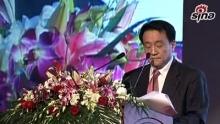 """2010年12月1日,由《环球企业家》杂志社主办的""""2010环球企业家高峰论坛""""在北京召开,本次论坛的主题是""""重构与引领——中国在全球商业格局中的再定位""""。新浪财经全程直播本次论坛,视频为韩国国家竞争力委员会委员、原韩国管理学会会长、韩国首尔大学商学院教授赵东成发言。    赵东成:非常感谢成思危先生、竺延风先生,以及邀请我来参加的刘洲伟先生、陈婷总经理。我今天感觉非常荣幸可以来到这样一个中国企业家会聚的盛宴,我想分享一下我对新的中国、新的世界标准的一些看法。我一直以来做的是企业战略和企业国际竞争以及国家竞争力方面的研究。今后我也将以相同的主题与中国科学院的赵红副院长一起,与其他学者一起共同进行研究。特别在明年2011年5月27、28、29号三天,在韩国济州岛,韩国政府举办第六届济州论坛,将邀请中国专家学者一起参会。我简单给大家介绍一下我今天的观点。    拿破仑攻击俄罗斯失败以后,被联军困在鄂尔巴岛。拿破仑从鄂尔巴岛逃离以后,媒体对此进行了评价。从拿破仑逃离鄂尔巴岛,到拿破仑返回巴黎,媒体进行了戏剧化的报道。大家可以看到从3月9号、10、11号,分别有不同的评价,12号被称为怪物沉睡在格勒诺布尔,15号、16号被评为暴君、掠夺者,17号、 21号分别评论为皇帝、高贵的皇帝。在短短的14天内,巴黎主流媒体评价为伟大的拿破仑终于恢复地位,皇帝万万岁。这不仅表示巴黎媒体对于政治的软弱,同时也表达了我们一般人对于环境变化无能的对应。    两百年以后,国际媒体对中国的变化反复评论拿破仑一样,有很戏剧性的周期变化。评价的对象是中国,内容是中国何时将超越美国成为全球第一。我从相关的媒体摘取出来相应的内容,一直到2003年世界上没有任何一个媒体将中国和美国相提并论。到2004年头一次高盛集团将中国和美国并列在一起,预计2030年中国将超过美国成为全球第一。2006年,英国BBC预测2026年中国将超越美国。2009年4月和2009年6月,分别预测在2020年代初和 2020年中国将超过美国。今年7月又一次把2020年更改为2019年。用实际购买力评价,我本人做个预测,我认为2016年中国将超过美国成为世界第一。具体分析可以以后跟大家分享。中国即将超越美国成为世界第一,这样一直由美国主宰的全球标准将发生什么变化,未来中国社会对世界标准有什么影响,这是我今天将与大家分享的主题。    分析未来的模式变化必须需要一个模型,在这里我提出一个机制分析模型,通过这个模型与大家进行分享。这个模型的特点是想要形成一个机制或者想要形成一个结果,主体、环境、资源缺一不可。到现在为止,大部分学者、企业家以及政府官员都专攻一个。包括我所研究的领域,由过去基于主体的研究,到基于环境的研究,到近期基于资源的研究。但实际上企业和政府成果并不由可以看得见、摸得着的东西决定,而是由企业和政府内部流程来决定,并不是由表面上的东西决定,而是由看不见,由企业和政府内部组织蕴含的机制来决定。通过这样一个反复的过程,企业和政府成果就被决定。从这个模型来分析未来世界模式的话,由主体、环境、资源、机制四个东西组合在一起,来决定未来的成果。    我们来分析各个国家的话,可以分析到很有趣的现象,很多国家只是采取其中一个。欧洲主要是将大量精力放在殖民地开拓,采取的是基于环境的战略。日本特别将国民统一在一起,特别强调主体的战略。美国两次世界大战都没有经过炮火的洗礼,积累是基于资源的战略。对于中国的评价是我各位的观点,我认为中国是通过一个机制的管理模式,来团结周边所有力量,以此来经营国家。    我根据自己的观点来分享一下中国机制管理一直以来沿用的模式。先看看毛泽东主席的机制经营模式。毛泽东主席最后采取的是农村包围城市的战略,毛泽东主席在自己个人能力的基础之下,通过对资源的整编,以此创造红军可以生存的环境,创造了自己的机制模式。如各位所知,这是朱、毛当时胜利会师的场景,以及朱德和毛泽东在井冈山会面的场所。    介绍一下邓小平先生在深圳珠江三角洲所用的开发机制。为了寻求改革开放突破口,邓小平先生一向非常谨慎,选取离北京很远的深圳作为开发的试点,进行改革开放。邓小平先生开创了到现在为止的中国改革开放的模式,这是各位所知的深圳的前后。    各位再看一下江泽民先生的机制。上海已经积累了很丰厚的经济实力,拥有很好的资源,以江泽民先生为主体的中国中央政府,为了缓和国际社会对中国改革开放的怀疑,以及为了营造很好的改革开放的环境,营造了很好的上海改革开放的环境。从浦东和长江三角洲开发的经验,为中国今后高速发展提供了很好的经验。这是浦东前后的图片。    跟各位再共享一下我对于胡锦涛先生滨海新区开发经营所体现的机制。天津市经过26年的发展,当时已经积累了很好的开发模式和资源,然后营造了比较好的环境,后来在中"""