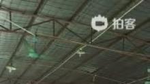 大盘鱼,四男人扛着上菜@阿飞扬020(来自拍客手机客户端 下载地址:http://video.sina.com.cn/app/sinapaike.html)