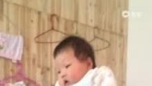 Baby 47D 粑粑单手托着多多,眼神把我们乐坏了[嘻嘻](来自拍客手机客户端 下载地址:http://video.sina.com.cn/app/sinapaike.html)