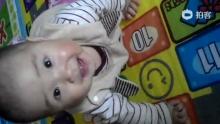 #小桃子的每一天#第291天。今天桃子姥姥姥爷来了,桃子表现得非常热情,在地上爬来爬去不停,把姥姥乐翻了[嘻嘻],宝贝你疯么是人来[嘻嘻][嘻嘻][嘻嘻](来自拍客手机客户端 下载地址:http://video.sina.com.cn/app/sinapaike.html)